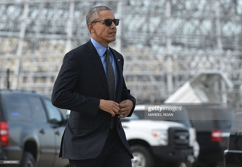 US President Barack Obama makes his way to board Air Force One upon departure from Moffett Federal Airfield in Mountain View, California on February 11, 2016. / AFP / MANDEL NGAN