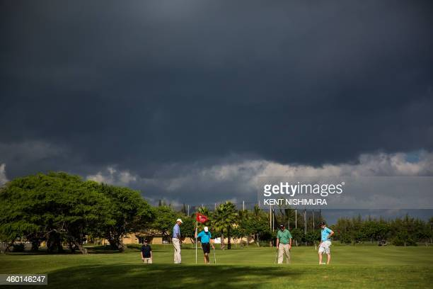 US President Barack Obama Max Key Marvin Nicholson and New Zealand Prime Minister John Key are seen on the green of the second hole of the Kaneohe...