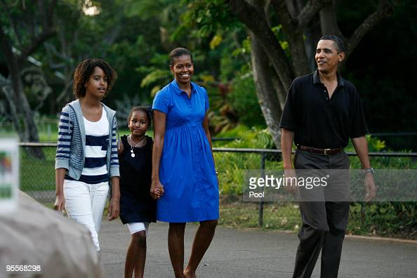 S President Barack Obama Michelle Obama Malia Obama and Sasha Obama make their way through the Honolulu Zoo January 3 2009 in Honolulu Hawaii Obama...