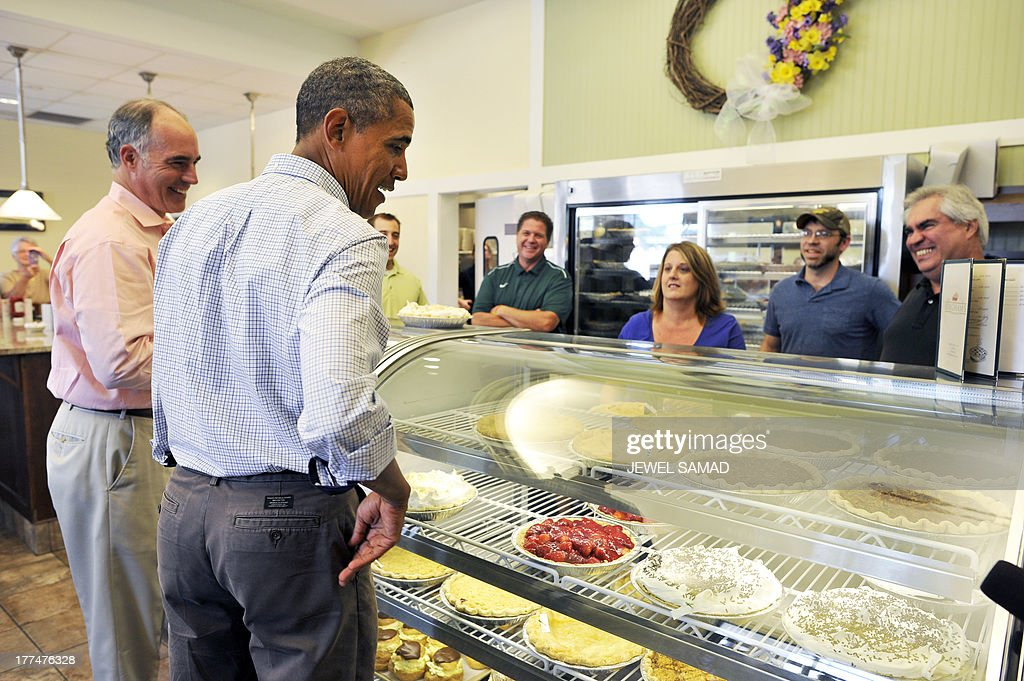 US President Barack Obama orders pie at a local restaurant in Lenox, Pennsylvania, on August 23, 2013. Obama is on a two-day bus tour through New York and Pennsylvania to discuss his plan to make college more affordable, tackle rising costs, and improve value for students and their families. AFP Photo/Jewel Samad