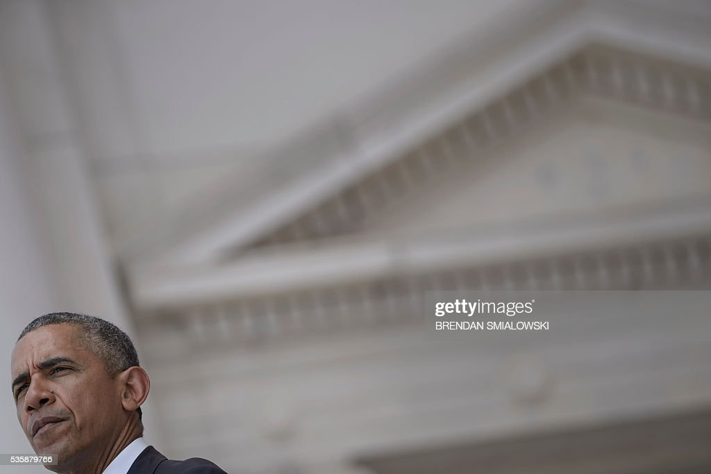 US President Barack Obama pauses while speaking during an event to honor Memorial Day at Arlington National Cemetery on May 30, 2016 in Arlington, Virginia. / AFP / Brendan Smialowski