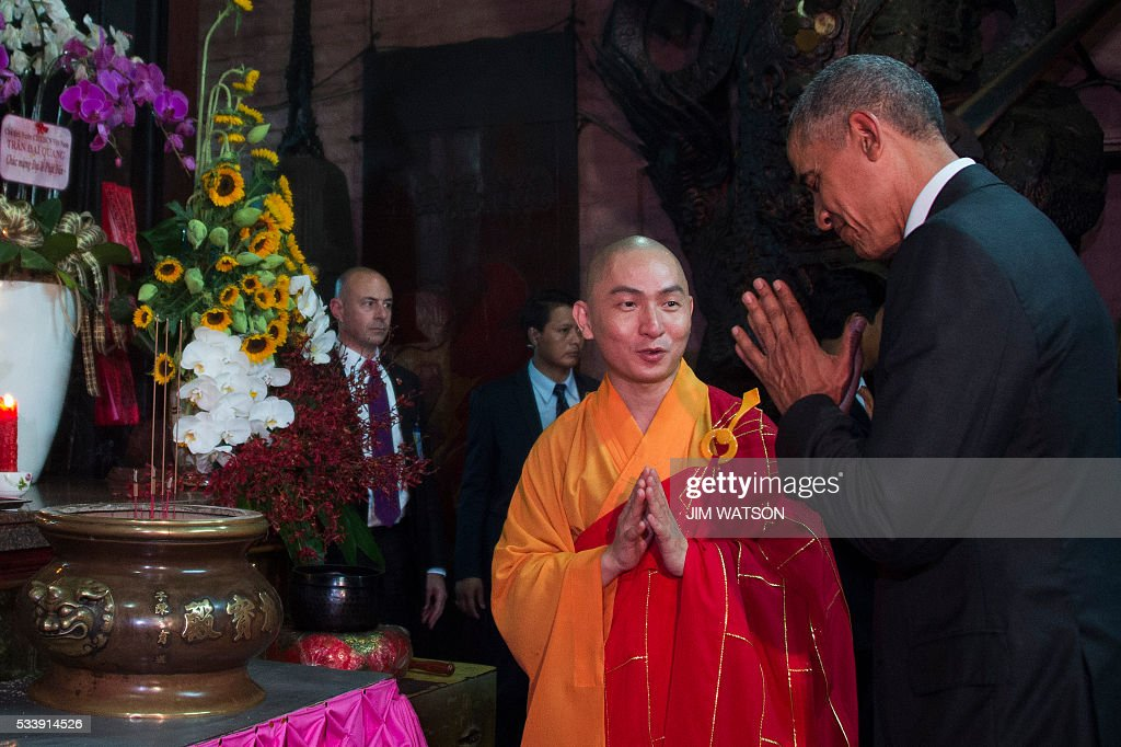 US President Barack Obama (R) pays his respects with Abbot of the Jade Emperor Pagoda Thich Minh Thong (C) during a visit to the Jade Pagoda in Ho Chi Minh City on May 24, 2016. US President Barack Obama told communist Vietnam on May 24 that basic human rights would not jeopardise its stability, in an impassioned appeal for the one-party state to abandon authoritarianism. / AFP / JIM