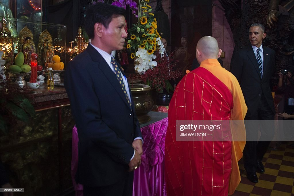 US President Barack Obama (R) pays his respects with Abbot of the Jade Emperor Pagoda Thich Minh Thong (C) at the Jade Pagoda in Ho Chi Minh City on May 24, 2016. US President Barack Obama told communist Vietnam on May 24 that basic human rights would not jeopardise its stability, in an impassioned appeal for the one-party state to abandon authoritarianism. / AFP / JIM