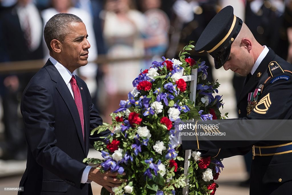 US President Barack Obama places a wreath at the Tomb of the Unknowns to honor Memorial Day at Arlington National Cemetery May 30, 2016 in Arlington, Virginia. / AFP / Brendan Smialowski