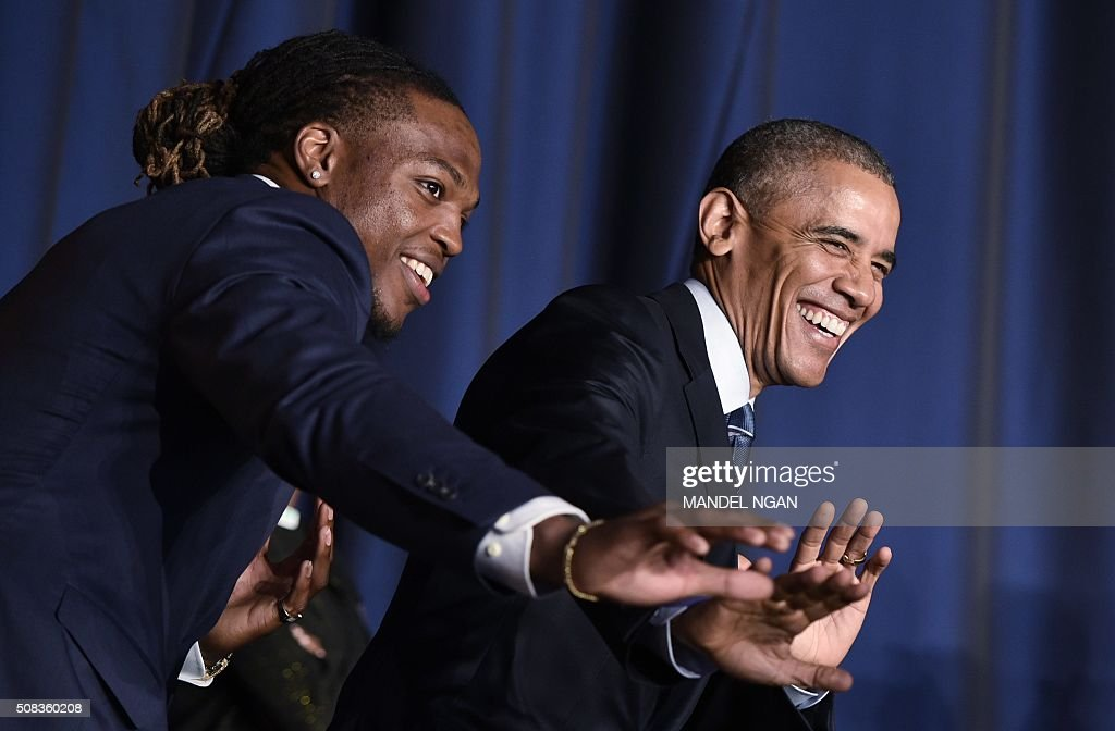 President Barack Obama poses with University of Alabama football player and Heisman Trophy winner Derrick Henry (L) at the National Prayer Breakfast on February 4,2016 in Washington, DC. / AFP / MANDEL