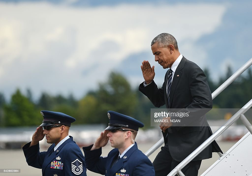 US President Barack Obama salutes as he steps off Air Force One upon arrival at Seattle-Tacoma International Airport in Seattle, Washington on June 24, 2016. / AFP / MANDEL