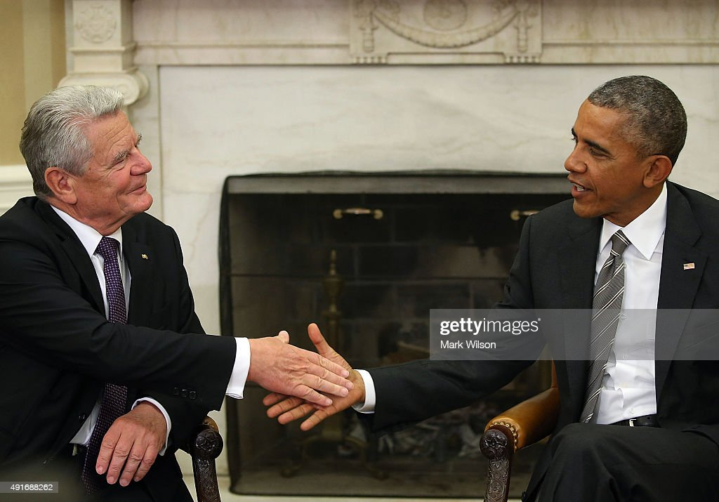US President Barack Obama (R) shakes hands with German President Joachim Gauck during a meeting in the Oval Office at the White House October 7, 2015 in Washington, DC. The two leaders participated in a bi lateral meeting that marked theÊ25th anniversary of German reunification