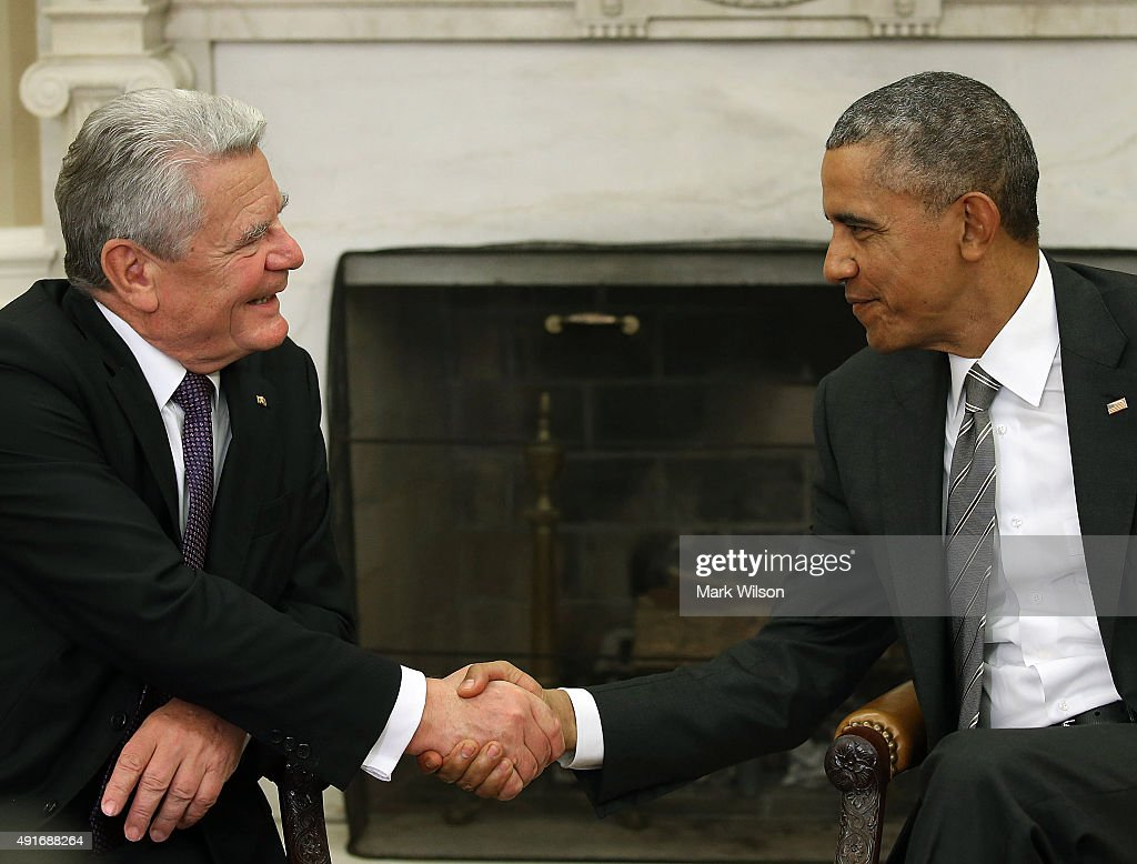 US President Barack Obama (R) shakes hands with German President Joachim Gauck during a meeting in the Oval Office at the White House October 7, 2015 in Washington, DC. The two leaders participated in a bi lateral meeting that marked theÊ25th anniversary of German reunification.