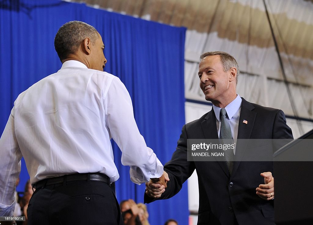 US President Barack Obama (L) shakes hands with Maryland Governor Martin O'Malley (R) before Obama spoke about the Affordable Care Act at Prince Georges Community College on September 26, 2013 in Largo, Maryland. AFP PHOTO/Mandel NGAN