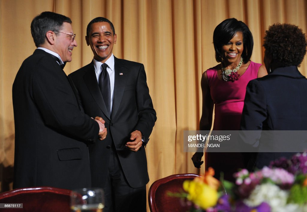 US President Barack Obama (2nd L) shakes hands with White House Correspondents' Association Secretary Peter Maer of CBS News as First Lady Michelle Obama (2nd R) chats with comic actress Wanda Sykes during the White House Correspondents� Association annual dinner on May 9, 2009 at the Washington Hilton hotel in Washington. AFP PHOTO/Mandel NGAN
