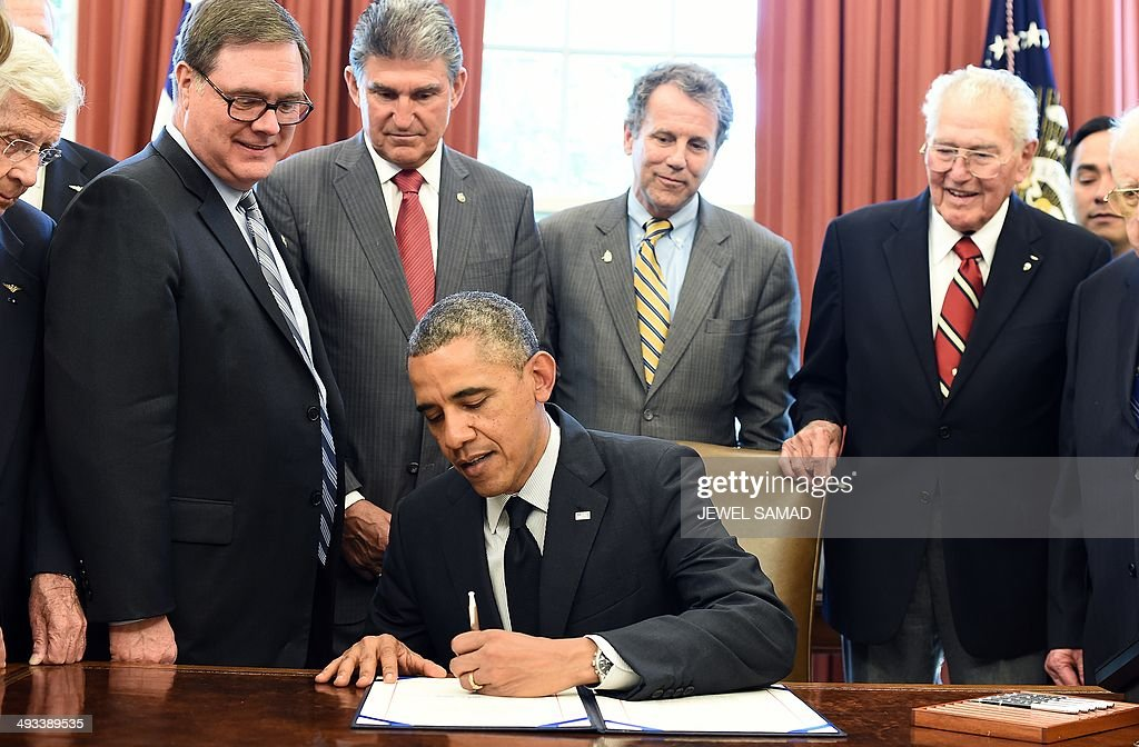 us president barack obama signs the american fighter aces congressional gold medal act in the oval barak obama oval office golds