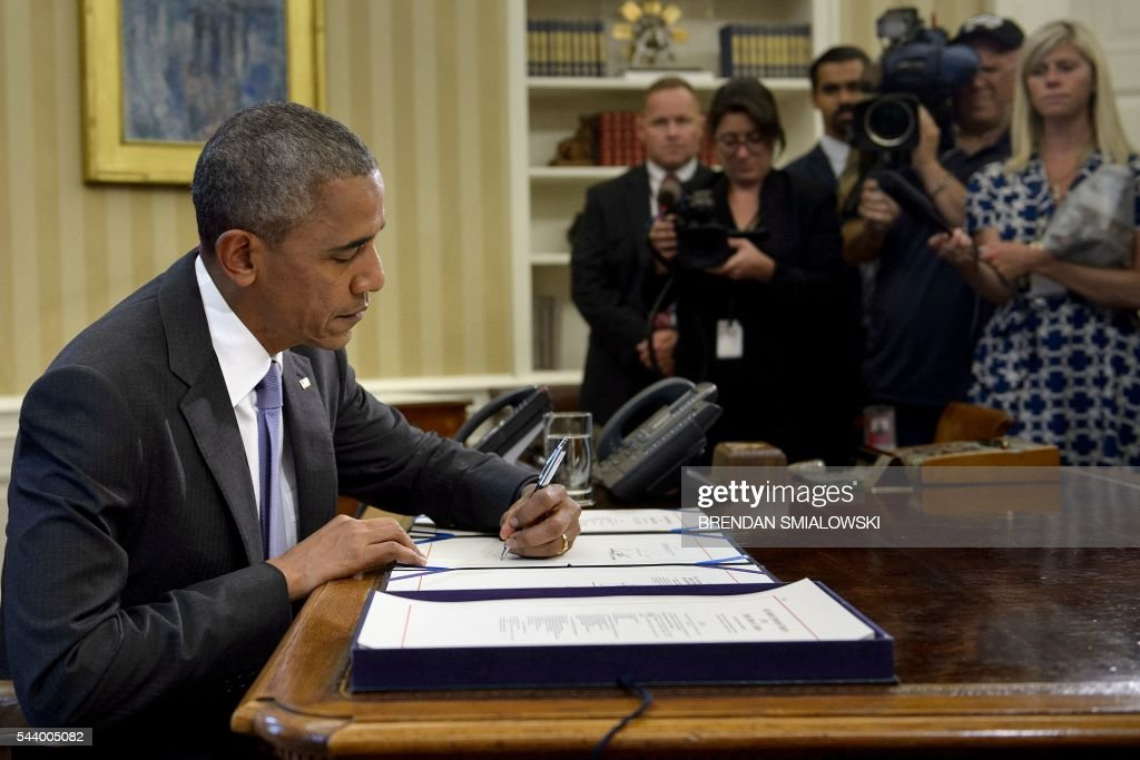 US President Barack Obama signs the Freedom of Information (FOIA) Improvement Act into law in the Oval Office of the White House on June 30, 2016 in Washington, DC. / AFP / Brendan Smialowski