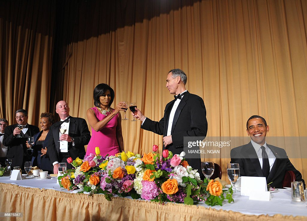US President Barack Obama smiles as from left: White House Correspondents' Association Secretary Peter Maer of CBS News, comic actress Wanda Sykes, New York Times photographer Doug Mills, First Lady Michelle Obama, and Associated Press president and CEO Tom Curley toast the President at the White House Correspondents� Association annual dinner on May 9, 2009 at the Washington Hilton hotel in Washington. AFP PHOTO/Mandel NGAN
