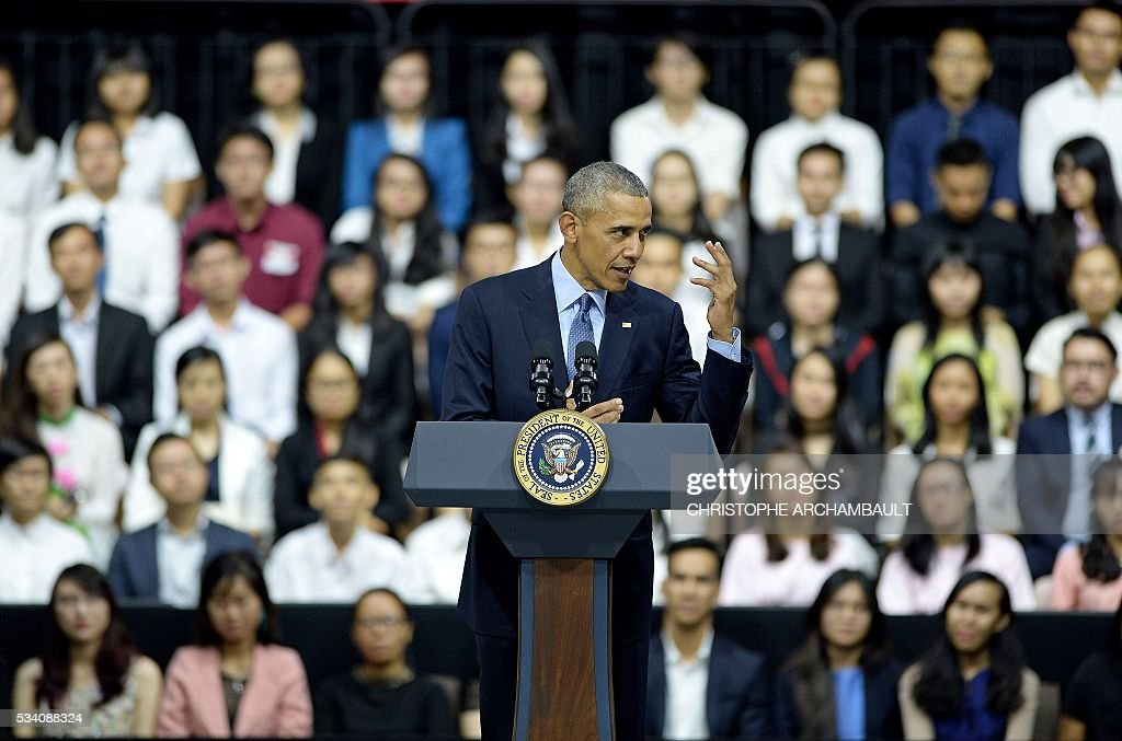 US President Barack Obama (C) speaks at a Young Southeast Asian Leaders Initiative town hall event in Ho Chi Minh City on May 25, 2016. Obama fielded questions on May 25 on everything from rap and weed smoking to leadership and his good looks at a lively town hall-style meeting with young Vietnamese, who say the US leader is a far cry from their staid Communist rulers. / AFP / CHRISTOPHE