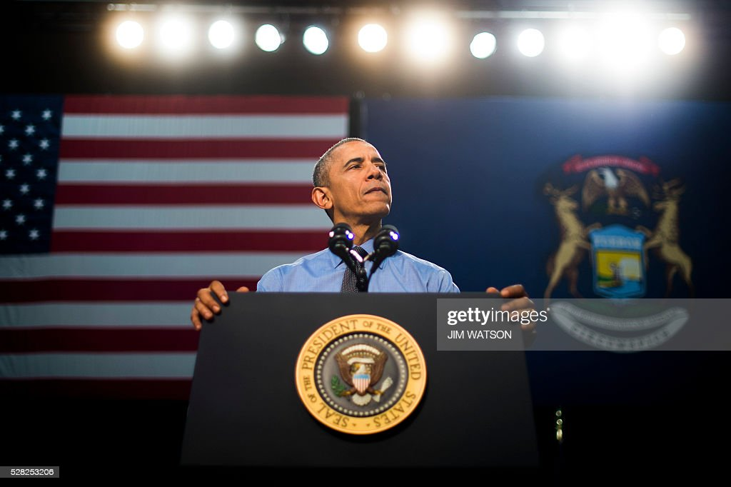 US President Barack Obama speaks at Flint Northwestern High School in Flint, Michigan, May 4, 2016 after meeting with locals for a neighborhood roundtable on the drinking water crisis. US President Barack Obama on Wednesday visited crisis-hit Flint, Michigan, where he sipped filtered water to prove it was potable but warned poisonous lead pipes may take two years to replace. / AFP / Jim Watson