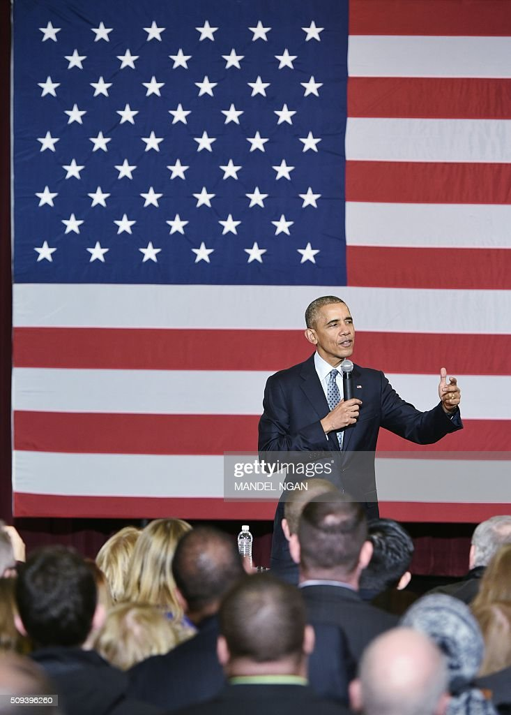 US President Barack Obama speaks to supporters in the Hoogland Center for the Arts in Springfield, Illinois on February 10, 2016. / AFP / Mandel Ngan