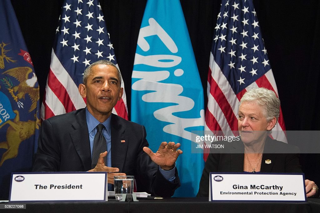 US President Barack Obama (L) speaks with EPA Administrator Gina McCarthy (R) during a meeting at the Food Bank of Eastern Michigan in Flint, Michigan, May 4, 2016. / AFP / Jim Watson