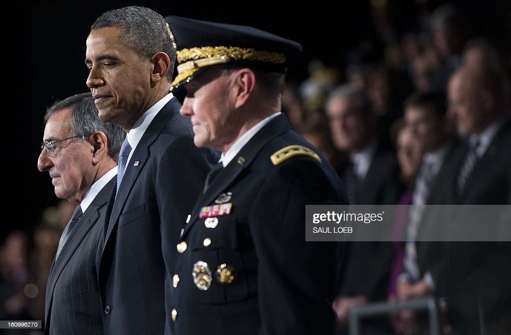 US President Barack Obama (C) stands alongside outgoing Defense Secretary Leon Panetta (L) and Chairman of the Joint Chiefs of Staff Martin Dempsey (R) during an Armed Forces Farewell Tribute in honor of Panetta at Joint Base Myer-Henderson in Arlington, Virginia, February 8, 2013. Panetta will retire once his likely successor, former Nebraska Senator Chuck Hagel, is confirmed by the US Senate. AFP PHOTO / Saul LOEB