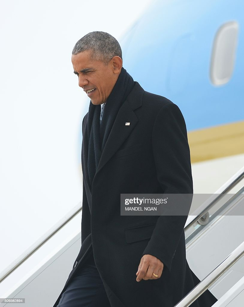 US President Barack Obama steps off Air Force One upon arrival at Abraham Lincoln Capital Airport in Springfield, Illinois on February 10, 2016. / AFP / MANDEL NGAN