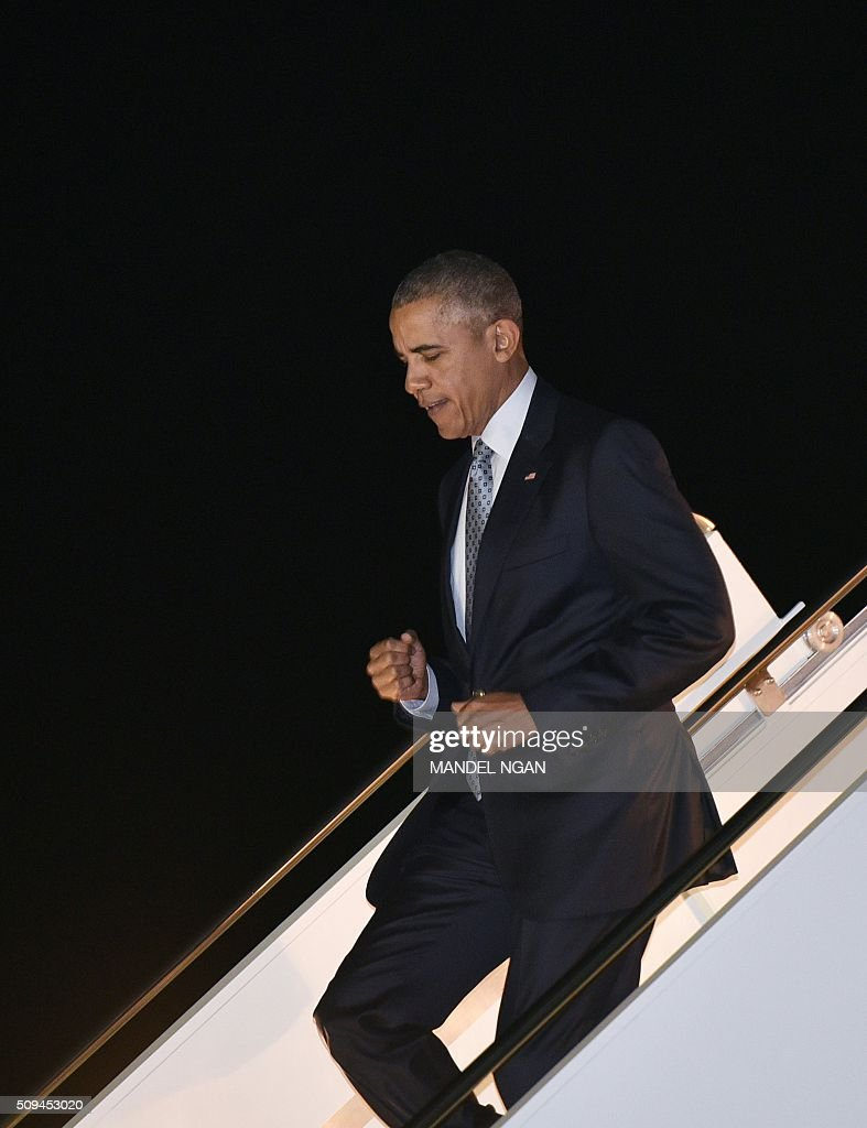 US President Barack Obama steps off Air Force One upon arrival at Moffett Federal Airfield in Mountain View, California on February 10, 2016. / AFP / MANDEL NGAN