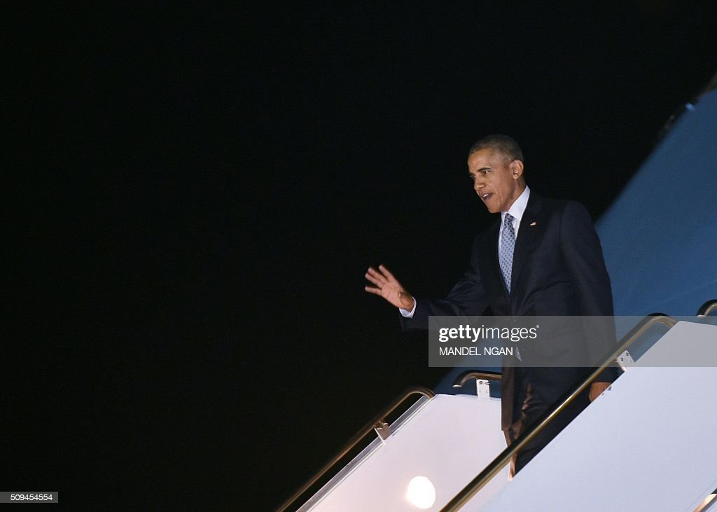 US President Barack Obama steps off Air Force One upon arrival at Moffett Federal Airfield in Mountain View, California on February 10, 2016. / AFP / Mandel Ngan / AFP / MANDEL NGAN