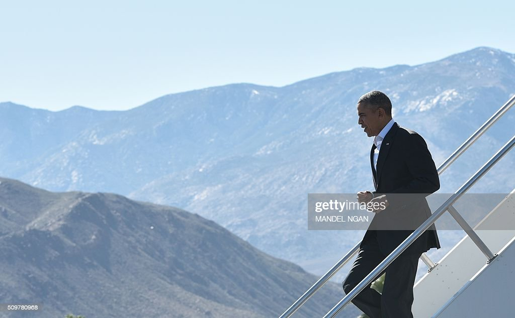 US President Barack Obama steps off Air Force One upon arrival at Palm Springs International Airport in Palm Springs, California on February 12, 2016. / AFP / MANDEL NGAN