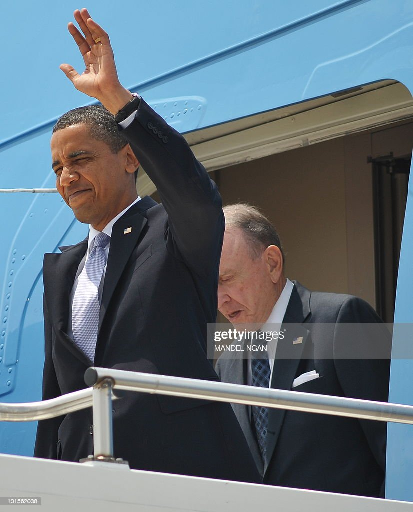 US President Barack Obama steps off Air Force One with Senator Arlen Specter upon arrival June 2, 2010 at Pittsburgh International Airport in Coraopolis, Pennsylvania. Obama was heading to Pittsburgh, Pennsylvania where he was due to speak on the economy at Carnegie Mellon University. AFP PHOTO/Mandel NGAN