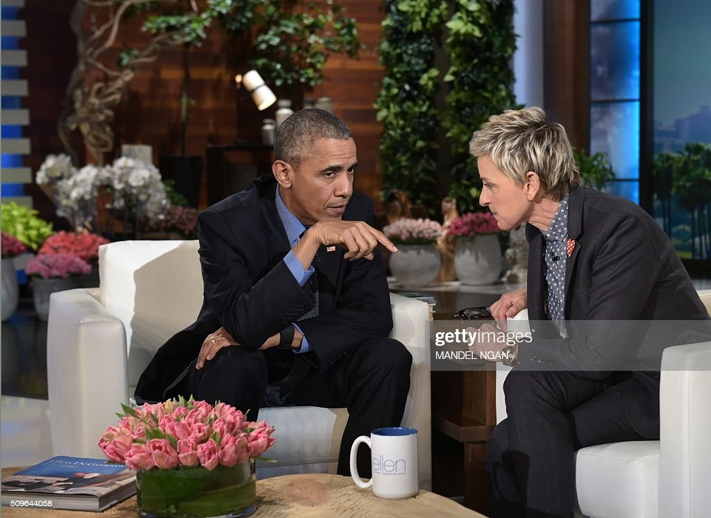 US President Barack Obama talks to talk show host Ellen DeGeneres during a break in the taping of The Ellen DeGeneres show at Warner Brothers Studios in Burbank, California on February 11, 2016. / AFP / Mandel NGAN