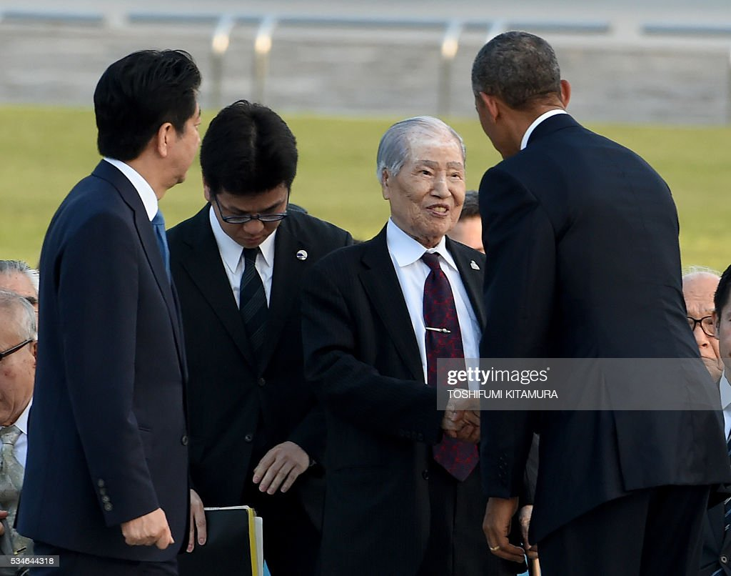 US President Barack Obama (R) talks with Hiroshima A-bomb survivor Sunao Tsuboi (2nd R) while Japanese Prime Minister Shinzo Abe (L) listens after laying wreath at the cenotoph in the Peace Momorial park in Hiroshima on May 27, 2016. Obama became the first sitting US leader to visit the site that ushered in the age of nuclear conflict. / AFP / TOSHIFUMI
