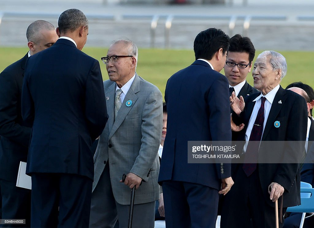 US President Barack Obama (2nd L) talks with Nagasaki A-bomb survivor Shigeaki Mori (3rd L) while Japanese Prime Minister Shinzo Abe (3rd R) talks with Hiroshima A-bomb survivor Sunao Tsuboi (R) after laying a wreath at the cenotoph in the Peace Momorial park in Hiroshima on May 27, 2016. Obama became the first sitting US leader to visit the site that ushered in the age of nuclear conflict. / AFP / TOSHIFUMI