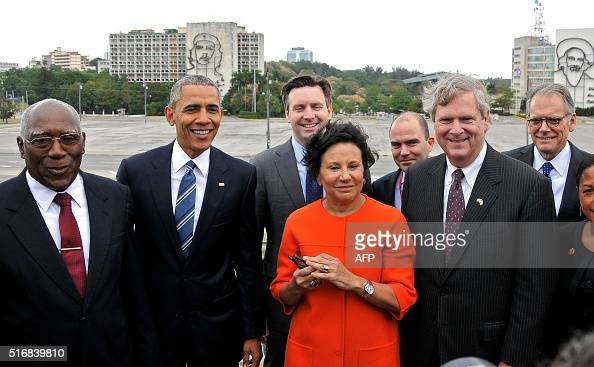 US President Barack Obama the VicePresident of the Cuban State Council Salvador Valdes Mesa and members of the US delegation attend a wreathlaying...