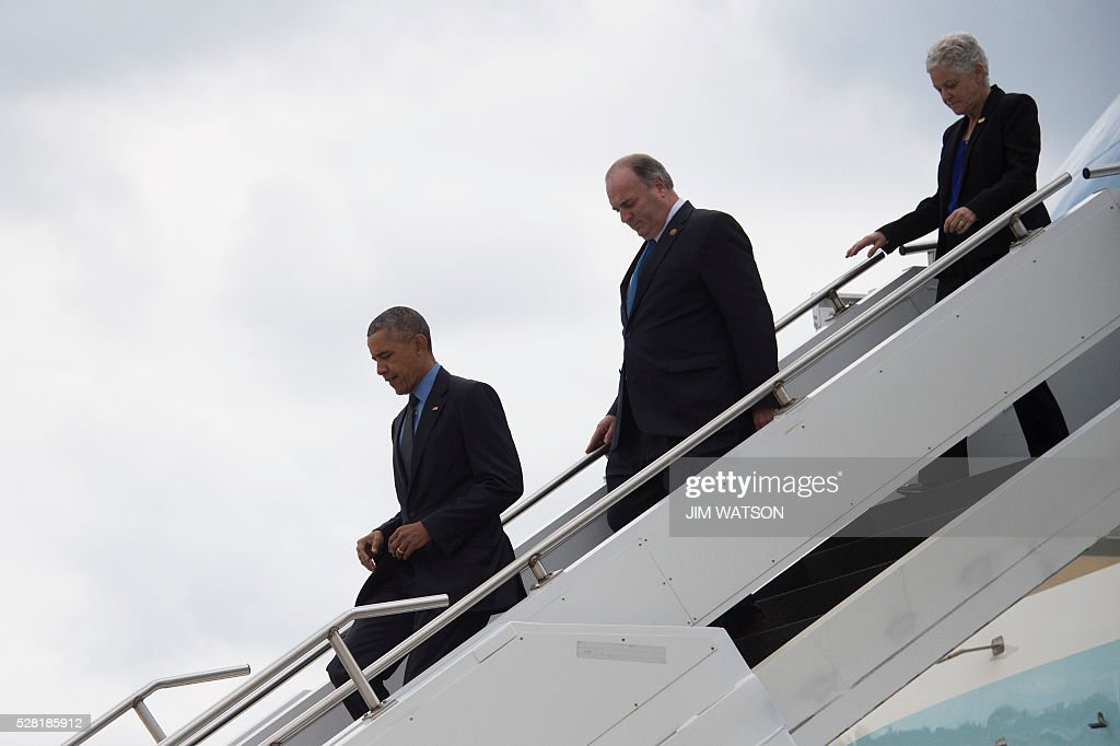 US President Barack Obama (L), US Congressman Dan Kildee (C), D-Michigan, and EPA Administrator Gina McCarthy (R) walk off Air Force One at Bishop International Airport in Flint, Michigan, May 4, 2016. / AFP / Jim Watson