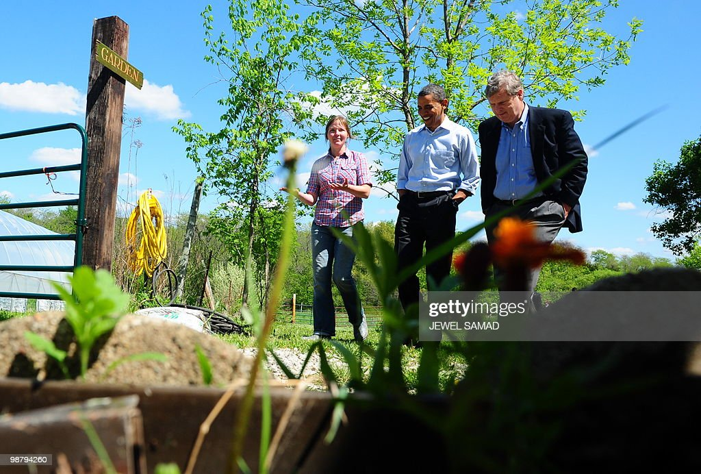 US President <a gi-track='captionPersonalityLinkClicked' href=/galleries/search?phrase=Barack+Obama&family=editorial&specificpeople=203260 ng-click='$event.stopPropagation()'>Barack Obama</a> (C) visits Mogoorganic farm in Mt Pleasant, Iowa, on April 27, 2010 on another leg of the White House to Main Street tours. AFP PHOTO/Jewel Samad