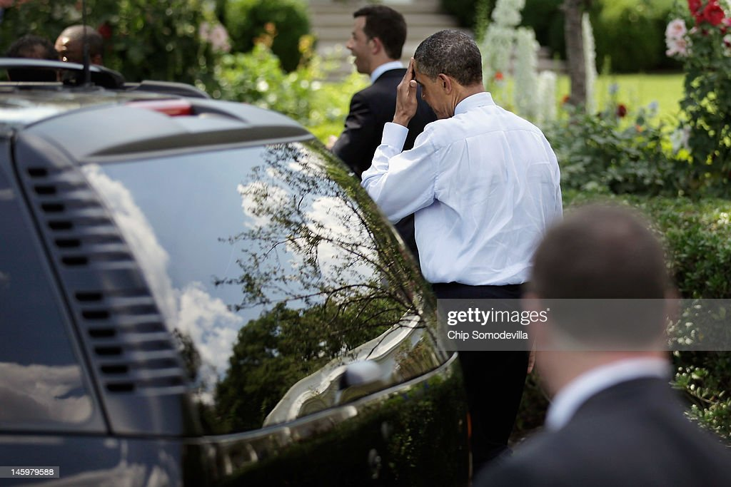U.S. President <a gi-track='captionPersonalityLinkClicked' href=/galleries/search?phrase=Barack+Obama&family=editorial&specificpeople=203260 ng-click='$event.stopPropagation()'>Barack Obama</a> (C) walks back to the Oval Office after welcoming the National Football League Super Bowl champions New York Giants to the White House June 8, 2012 in Washington, DC. The Giants defeated The New England Patriots 21-17 to win Super Bowl XXXXVI.