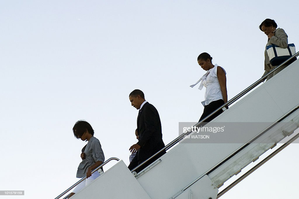 US President Barack Obama (3rd L) walks off Air Force One with First Lady Michelle Obama (2nd R), Marian Robinson (R) and their children Malia (L) and Sasha (2nd L) upon landing at Chicago O'Hare International Airport May 27, 2010. AFP PHOTO/Jim WATSON