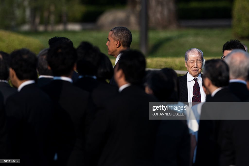 US President Barack Obama walks passed Sunao Tsuboi, a survivor of the atomic bombing of Hiroshima (R), as he arrives at the Hiroshima Peace Memorial park cenotaph in Hiroshima on May 27, 2016. Obama became the first sitting US leader to visit the site that ushered in the age of nuclear conflict. / AFP / JOHANNES