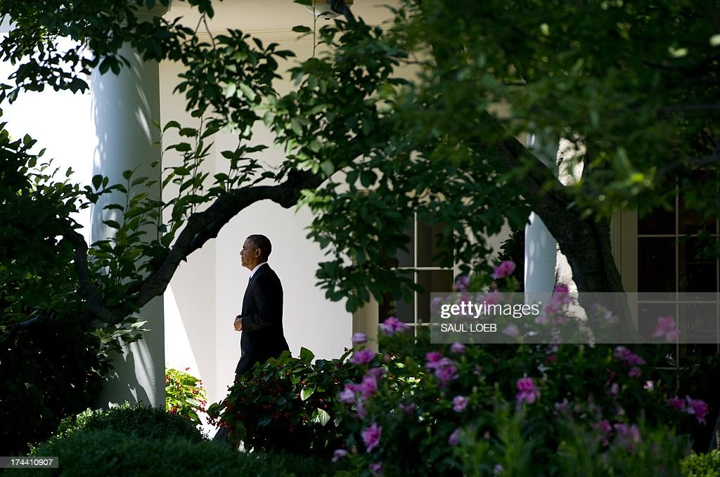 US President Barack Obama walks to Marine One from the Oval Office prior to departing from the South Lawn of the White House in Washington, DC, July 25, 2013, as he travels to Jacksonville, Florida, to speak on the economy. AFP PHOTO / Saul LOEB