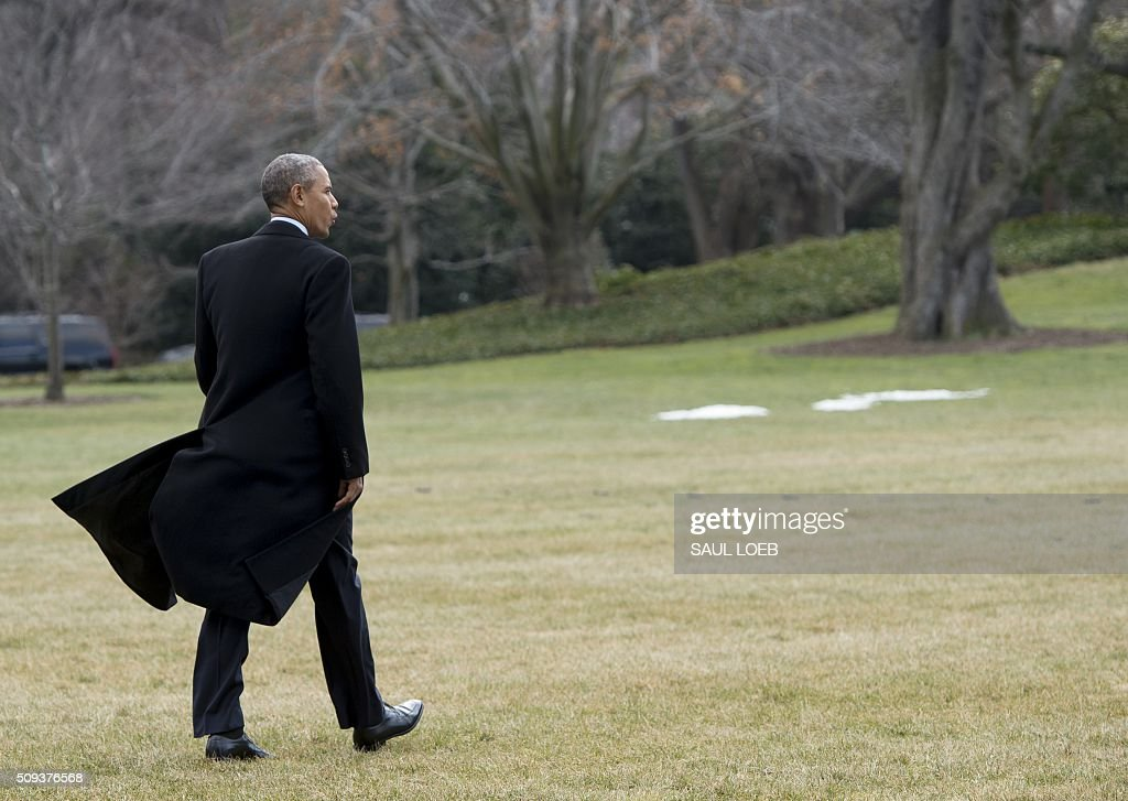 US President Barack Obama walks to Marine One prior to departure from the South Lawn of the White House in Washington, DC, February 10, 2016. President Obama is en route to Springfield, Illinois where his White House journey began, to sell progress made in office and address one of the great failings of his presidency. / AFP / SAUL LOEB