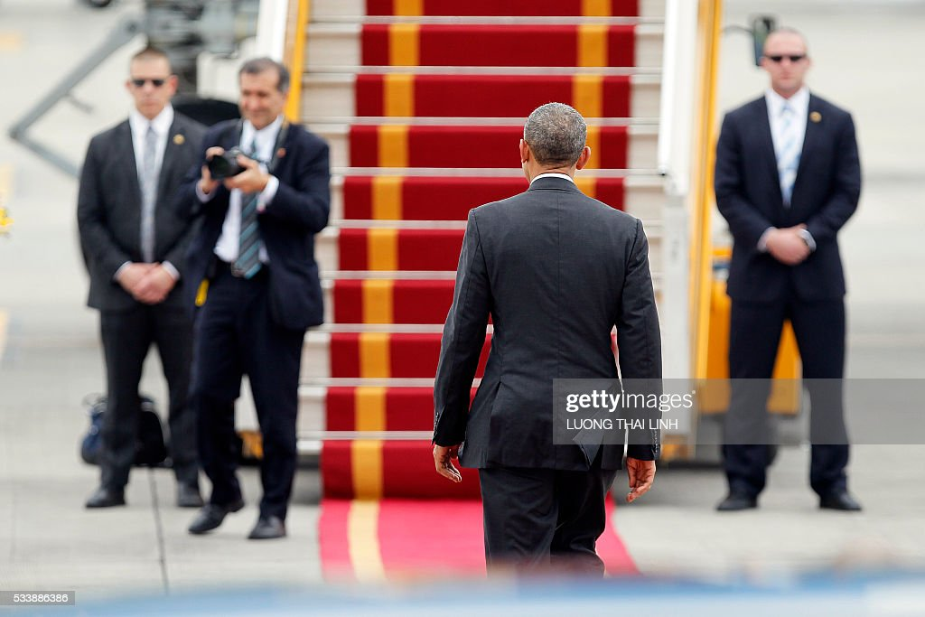 US President Barack Obama (C) walks toward Air Force One upon his departure from Noi Bai international airport in Hanoi on May 24, 2016, headed for Ho Chi Minh City in the south. US President Barack Obama told communist Vietnam on May 24 that basic human rights would not jeopardise its stability, in an impassioned appeal for the one-party state to abandon authoritarianism. / AFP / POOL / LUONG