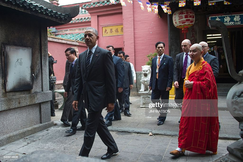 US President Barack Obama (L) walks with Abbot of the Jade Emperor Pagoda Thich Minh Thong (R) during a visit to the Jade Pagoda in Ho Chi Minh City on May 24, 2016. US President Barack Obama told communist Vietnam on May 24 that basic human rights would not jeopardise its stability, in an impassioned appeal for the one-party state to abandon authoritarianism. / AFP / JIM