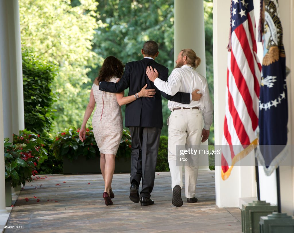 President <a gi-track='captionPersonalityLinkClicked' href=/galleries/search?phrase=Barack+Obama&family=editorial&specificpeople=203260 ng-click='$event.stopPropagation()'>Barack Obama</a> walks with the parents of Sgt. Bowe Bergdahl, Jani Bergdahl (L) and Bob Bergdahl (R) back to the Oval Office after making a statement regarding the release of Sgt. Bergdahl from captivity May 31, 2014 in the Rose Garden at the White House in Washington, DC. Sgt. Bowe Bergdahl was held captive by militants for almost five years during the war in Afghanistan.