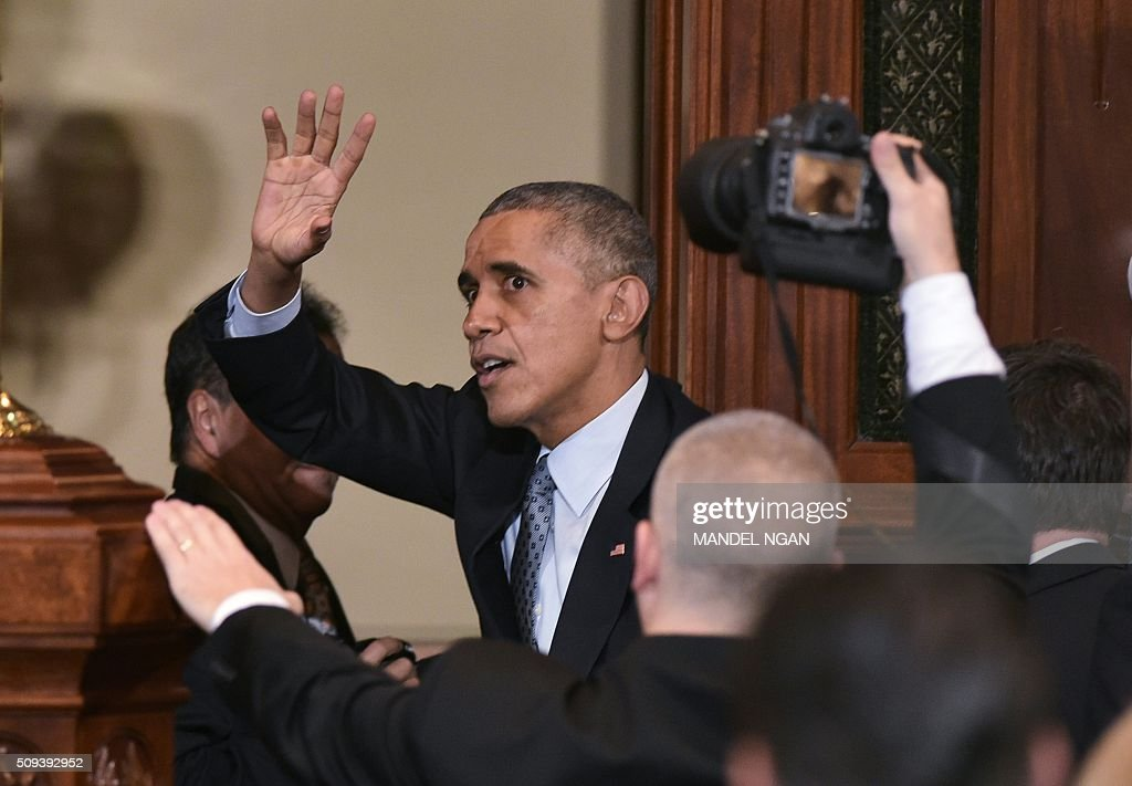 US President Barack Obama waves after addressing the Illinois General Assembly at the Illinois State Capitol in Springfield, Illinois on February 10, 2016. / AFP / MANDEL NGAN