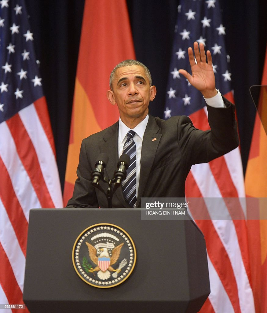 US President Barack Obama waves after delivering a speech at the National Convention Center in Hanoi on May 24, 2016. Obama, currently on a visit to Vietnam, met with civil society leaders including some of the country's long-harassed critics on May 24. / AFP / POOL / HOANG