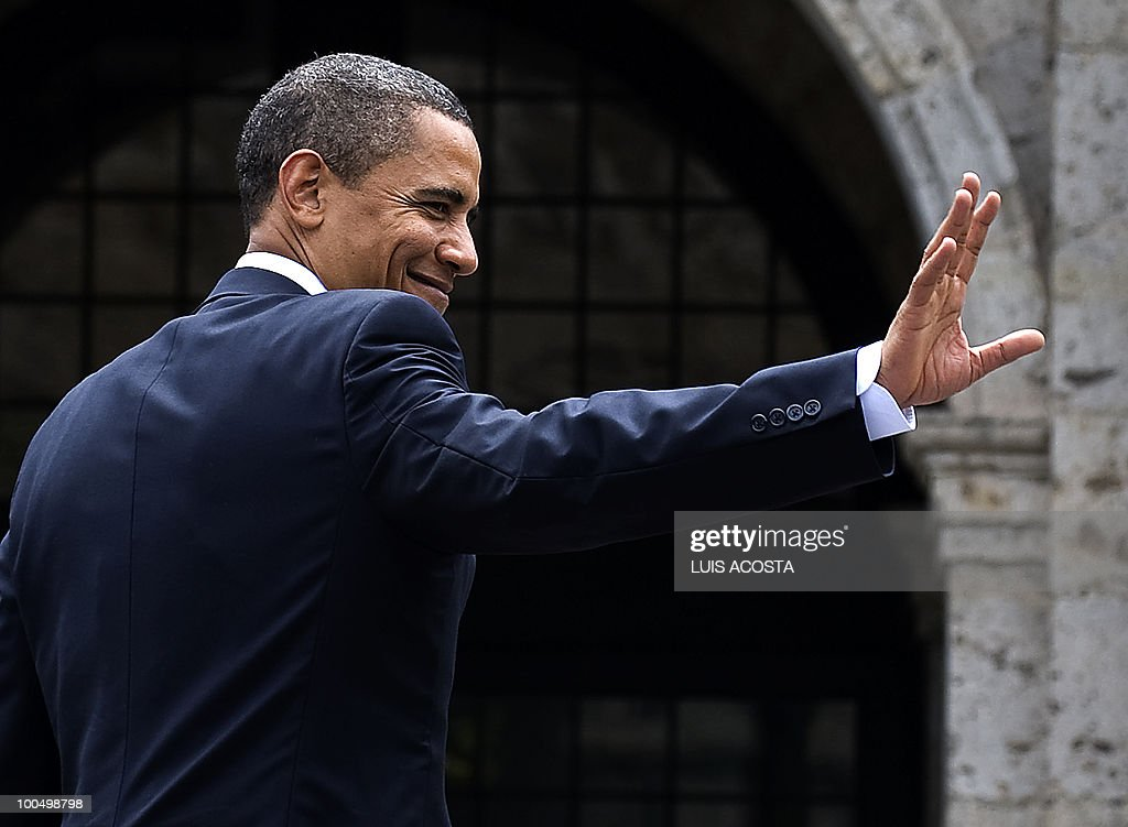 US President Barack Obama waves after the family picture of the North American Free Trade Agreement (NAFTA) summit, at the Cabanas Cultural Centre in Guadalajara on August 10, 2009. At the quick summit in the western city of Guadalajara Calderon, Obama met with Mexican President Felipe Calderon and Canadian Prime Minister Stephen Harper to fine tune the fight against swine flu, murderous drugs gangs and economic recession. AFP PHOTO/Luis Acosta