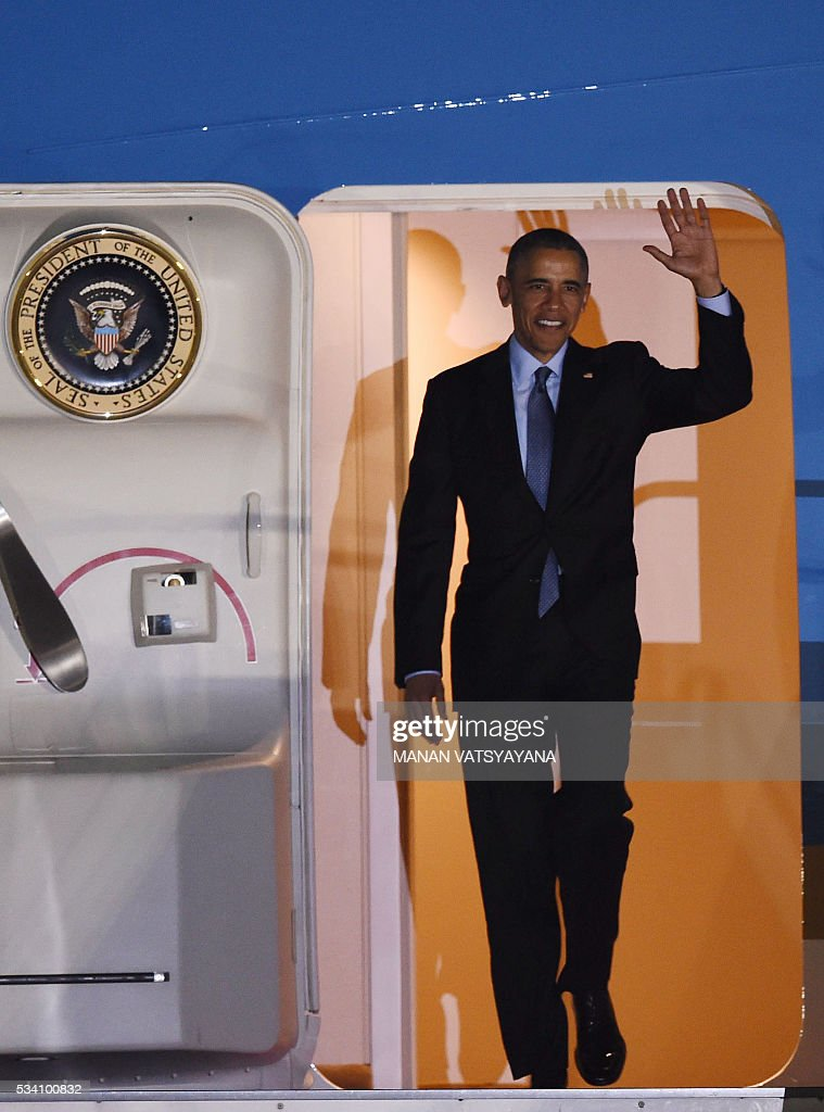 US President Barack Obama waves as he disembarks Air Force One upon arriving at Chubu Centrair International Airport at Tokoname, Aichi prefecture, outside Nagoya on May 25, 2016 ahead of the 2016 G7 Summit. / AFP / MANAN