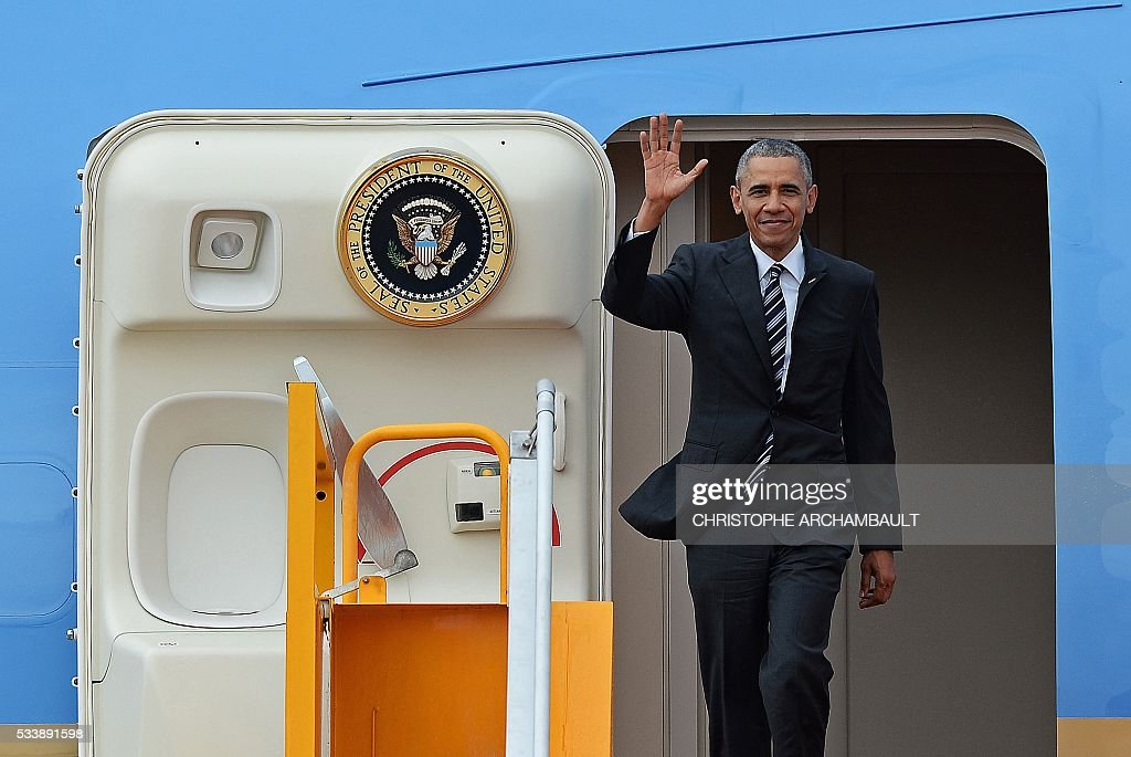 US President Barack Obama waves as he disembarks from Air Force One at the Tan Son Nhat airport in Ho Chi Minh City on May 24, 2016. Obama told communist Vietnam that basic human rights would not jeopardise its stability, in an impassioned appeal for the one-party state to abandon authoritarianism. / AFP / CHRISTOPHE