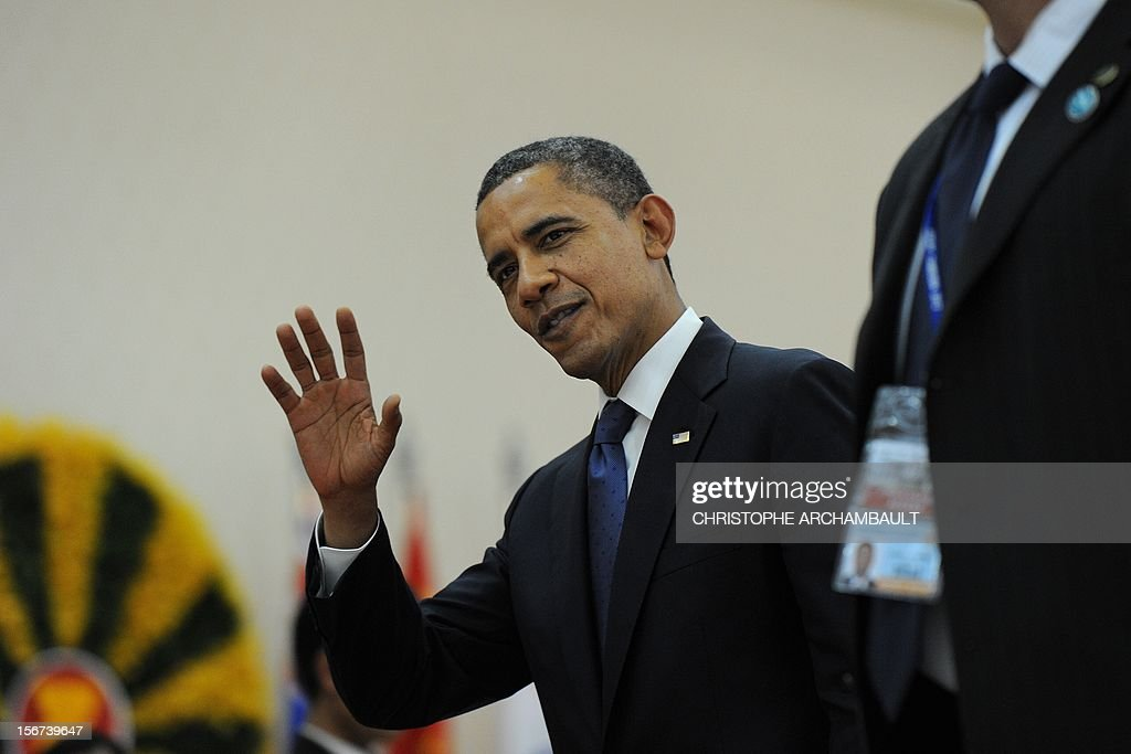 US President Barack Obama waves as he leaves the 7th East Asia Summit in Phnom-Penh on November 20, 2012. US President Barack Obama was set to defy Beijing's protests and use a summit to raise concerns over South China Sea rows that have sent diplomatic and trade shockwaves across the region. AFP PHOTO/Christophe ARCHAMBAULT