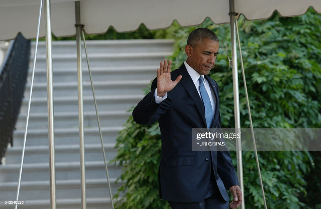 US President Barack Obama waves as he walks out from the White House in Washington,DC before his departure for the North American Leaders Summit in Ottawa on June 29, 2016. / AFP / YURI
