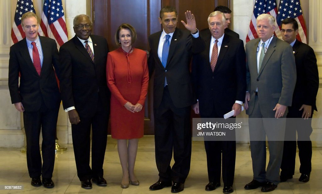 US President Barack Obama (C) waves as he walks out of the Caucus Room with House Majority Whip James E. Clyburn (2nd L), US Speaker of the House Nancy Pelosi (3rd L), House Majority Leader Steny Hoyer, (3rd R) and Congressman John Larson (2nd R), and other leaders after a meeting on health care reform on Capitol Hill in Washington, DC, November 7, 2009. AFP PHOTO/Jim WATSON