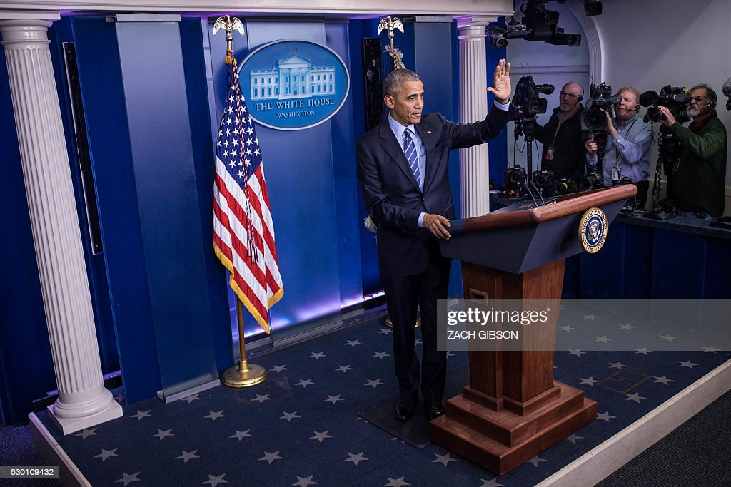 US President Barack Obama waves as he wraps up a year-end press conference in the Brady Press Briefing Room of the White House in Washington, DC, December 16, 2016. Obama on Friday warned his successor Donald Trump against antagonizing China by reaching out to Taiwan, saying he could risk a 'very significant' response if he upends decades of diplomatic tradition. / AFP / ZACH